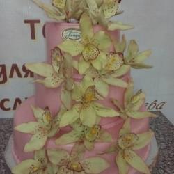 Торт Свадебный розовый с оливковыми архидеями